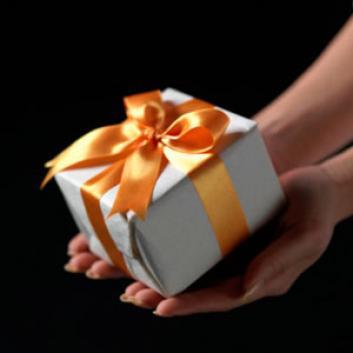 Quà tặng là vật dẫn đưa tình cảm