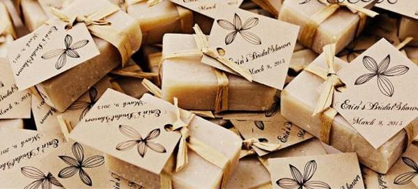 Nhận quà tặng của đôi uyên ương khi tham dự tiệc cưới?