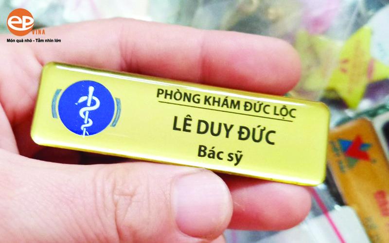 biển tên nhân viên nhà thuốc