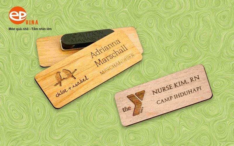 biển tên nhân viên bằng gỗ
