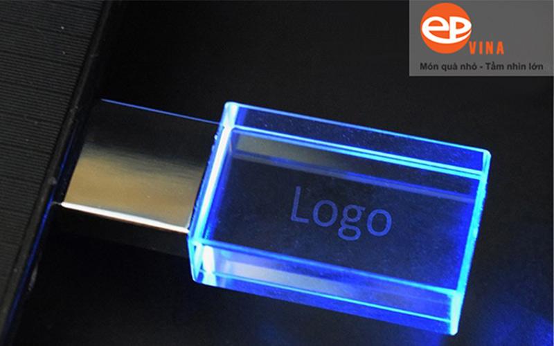 Usb vỏ pha lê có đèn LED phát sáng